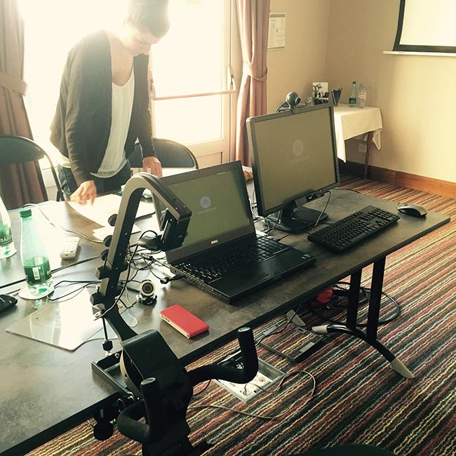 Dispositif de test utilisateur avec eye-tracking. Il tient dans 2 valises et permet de réaliser des tests dans toutes la France avec le même confort que dans un studio.
