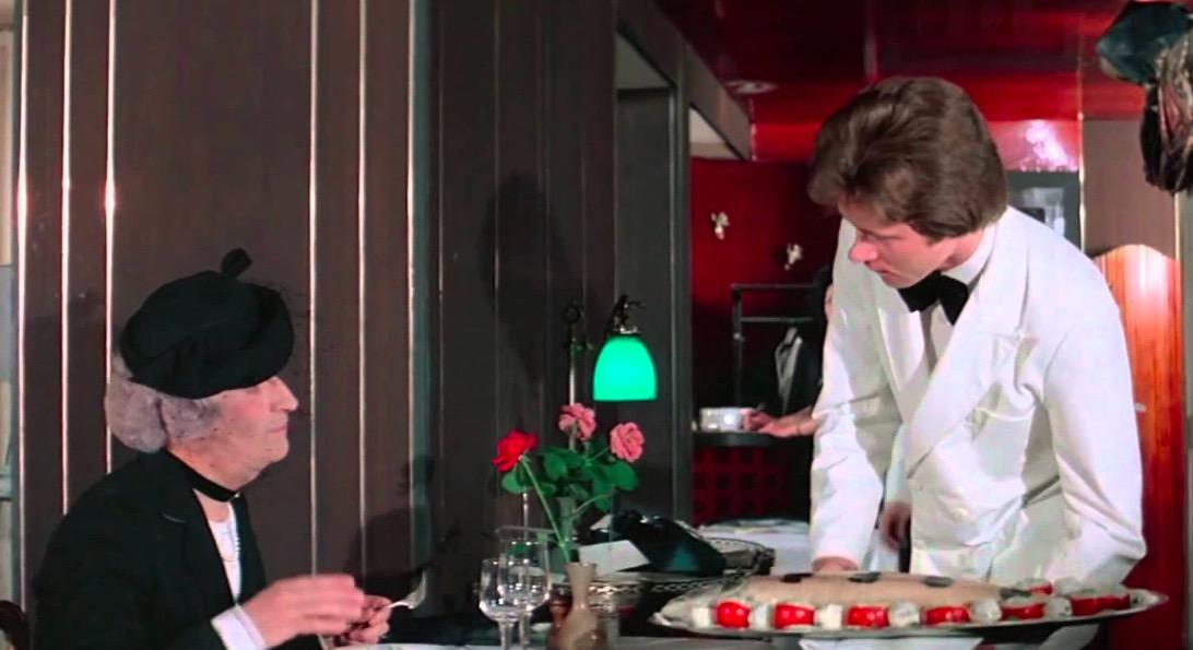 Louis de Funès déguisée en vieille femme dans le film l'Aile ou la Cuisse